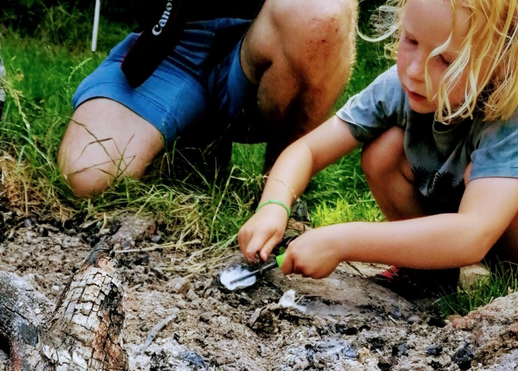 Familien laver bål